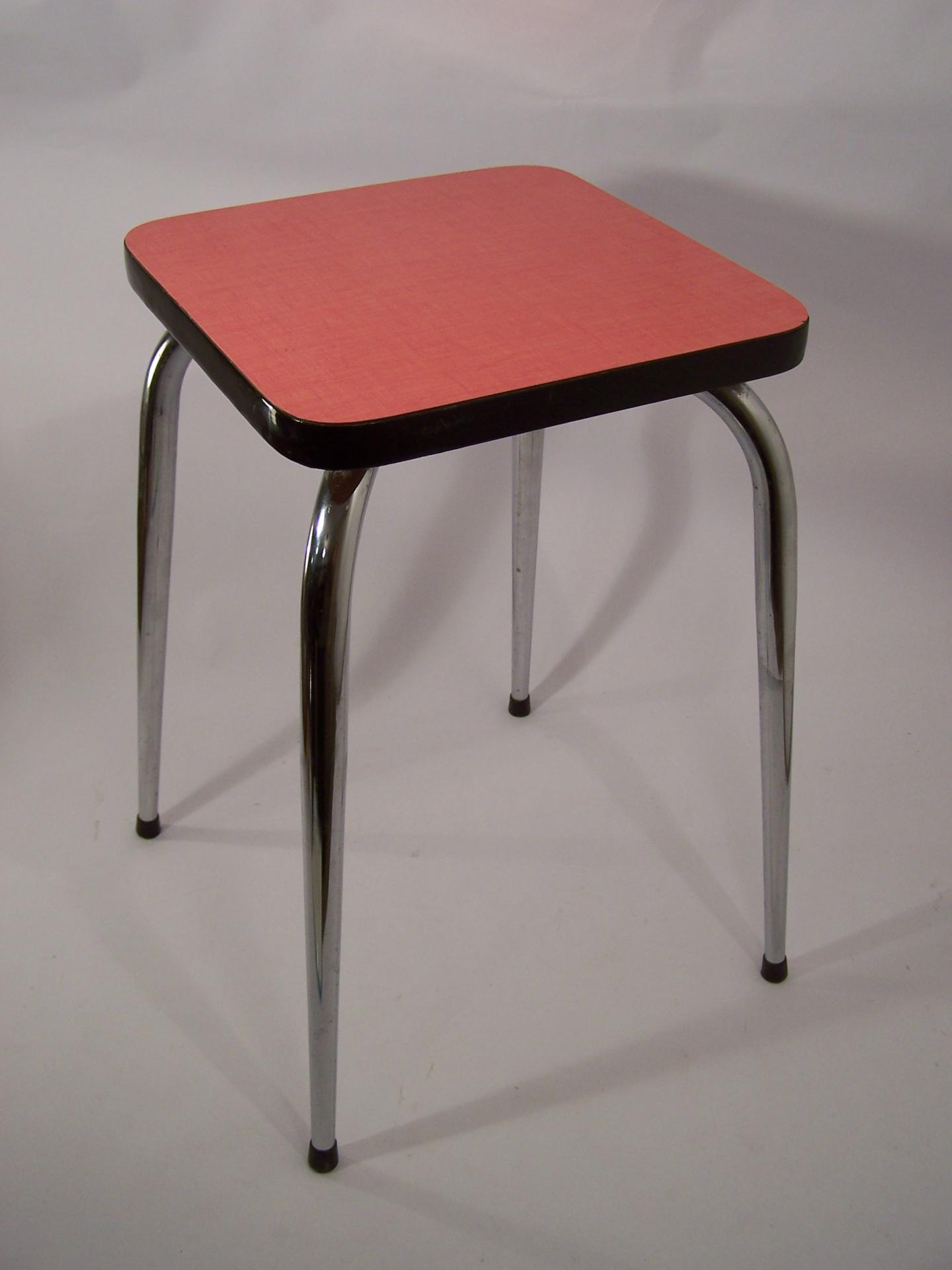 tabouret vintage en formica rouge. Black Bedroom Furniture Sets. Home Design Ideas