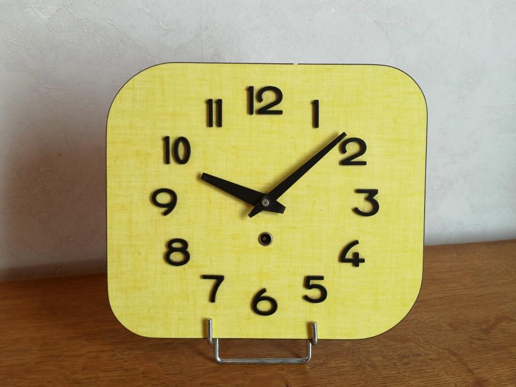 0 pendule formica jaune