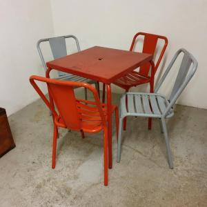 0 table et chaises tolix de bistrot
