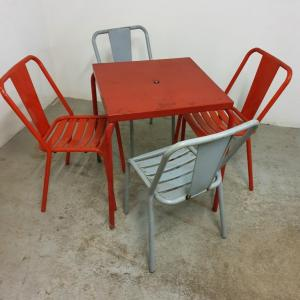 001 table et chaises tolix de bistrot