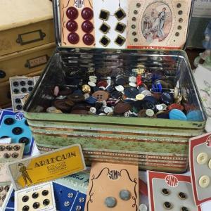 1 boite de boutons anciens