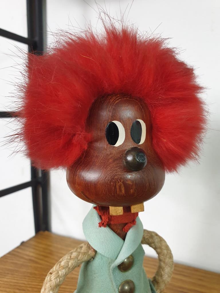 1 bonhomme aux cheveux rouges