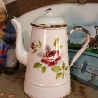 1 cafetiere emaille blanche avec rose
