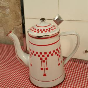 1 cafetiere emaillee blanche et rouge