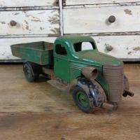 1 camion en tole vert