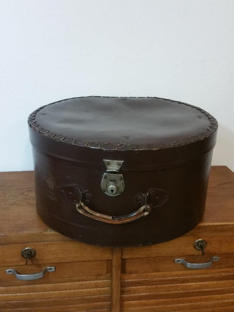 1 grande boite a chapeau marron
