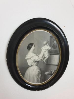 1 gravure dans cadre oval noir