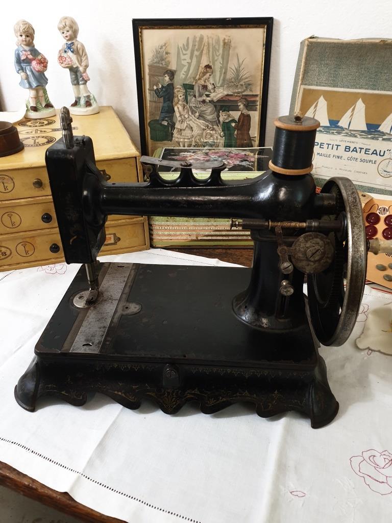 1 machine a coudre ancienne