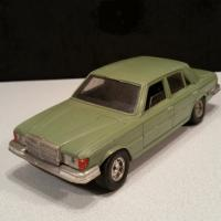 1 mercedes 450 verte claire