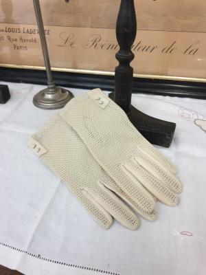 Paire de gants blancs