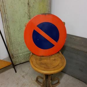 1 panneau interdiction stationner
