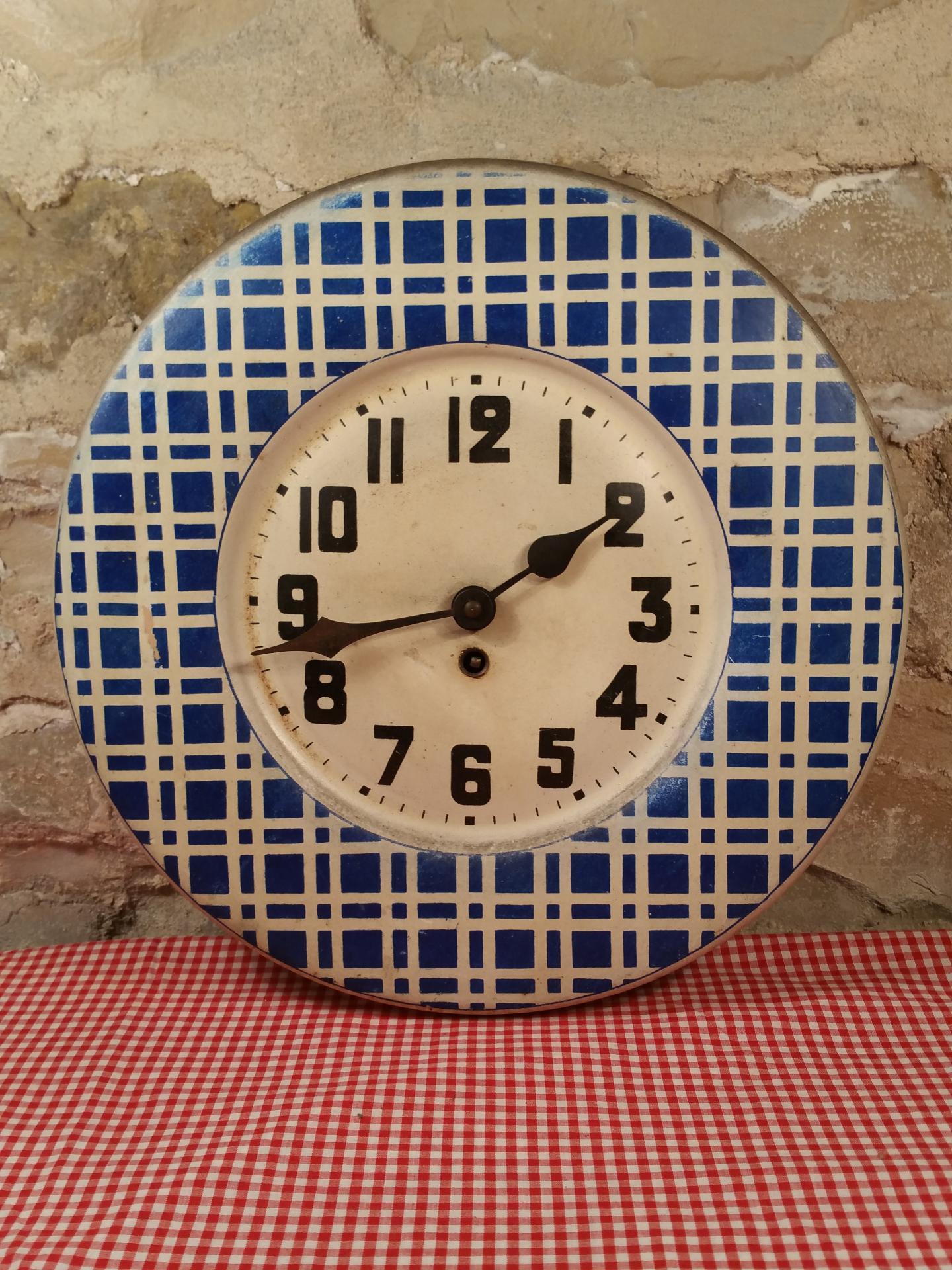 pendule de brasserie pendule en t le peinte ancienne. Black Bedroom Furniture Sets. Home Design Ideas
