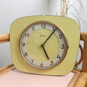 1 pendule formica jaune 1