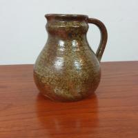 1 pichet en ceramique signe
