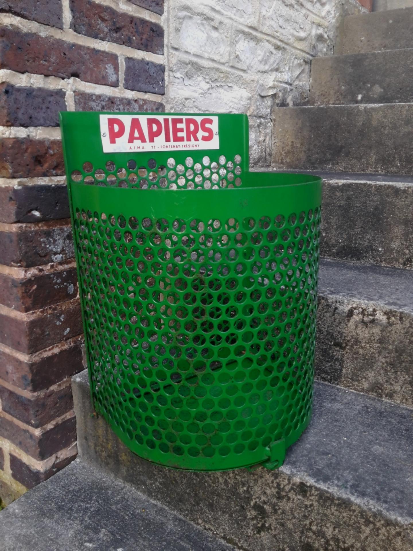 corbeille papier poubelle d 39 cole poubelle vintage poubelle de jardin. Black Bedroom Furniture Sets. Home Design Ideas