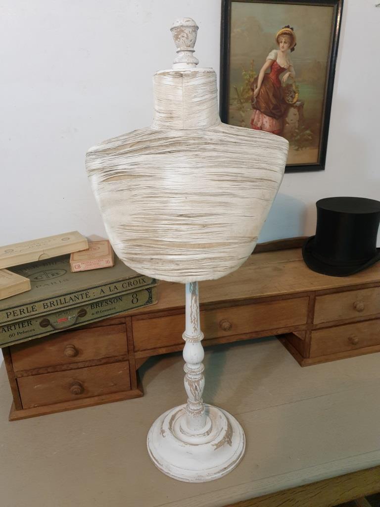 1 presentoir buste blanc 1