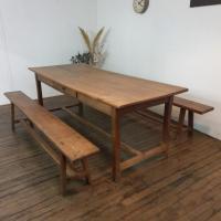 1 table de ferme avec 2 bancs