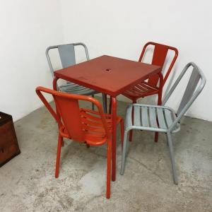 1 table et chaises tolix de bistrot