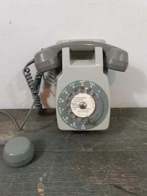 1 telephone mural gris