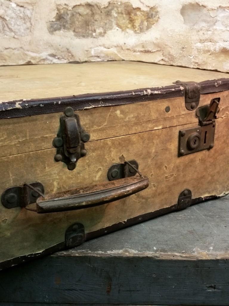 1 valise en bois