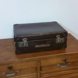 1 valise en carton bouilli marron