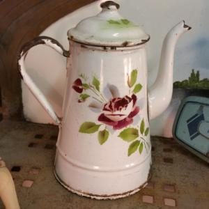 2 cafetiere emaille blanche avec rose
