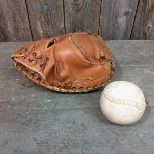 2 gant et balle de base ball