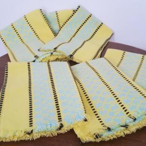 2 serviettes jaunes