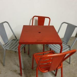 2 table et chaises tolix de bistrot
