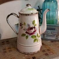 3 cafetiere emaille blanche avec rose
