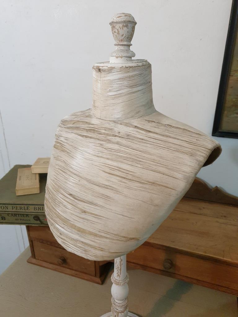 3 presentoir buste blanc 1
