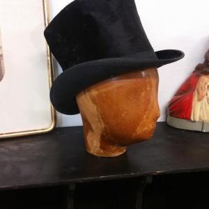 3 tete et chapeau haut de forme
