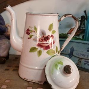 4 cafetiere emaille blanche avec rose