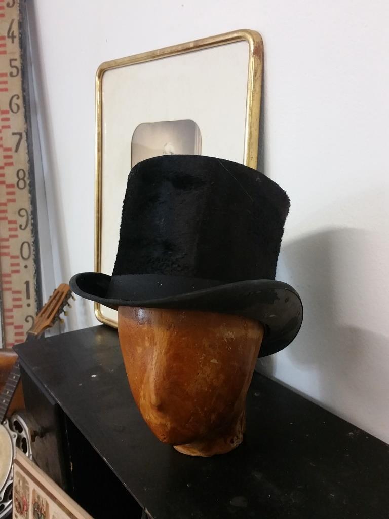 4 tete et chapeau haut de forme