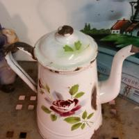 5 cafetiere emaille blanche avec rose