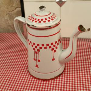 5 cafetiere emaillee blanche et rouge