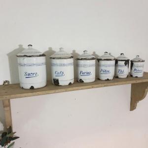 5 serie de pots a epices blanc et bleu emaille