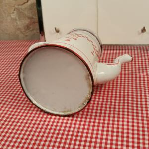 7 cafetiere emaillee blanche et rouge