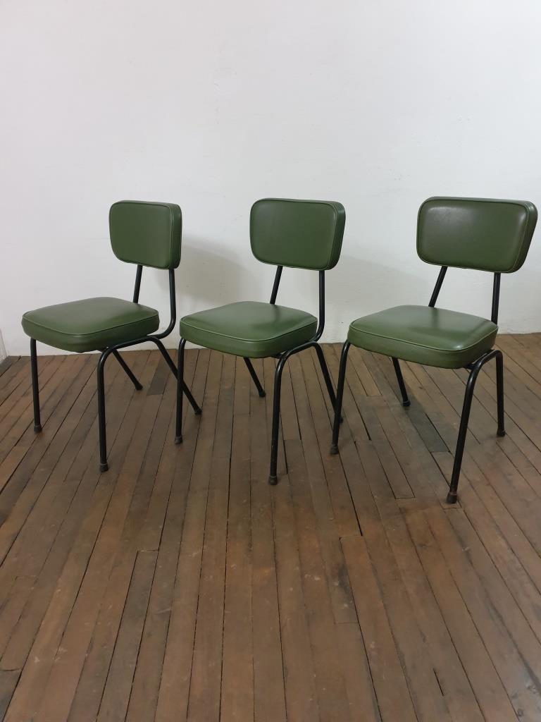 7 chaises vertes vintage