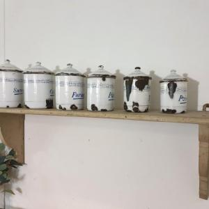 7 serie de pots a epices blanc et bleu emaille