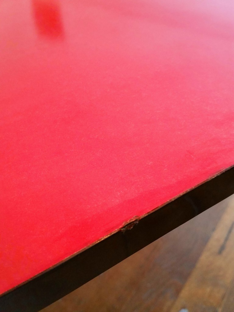 7 table basse formica rouge