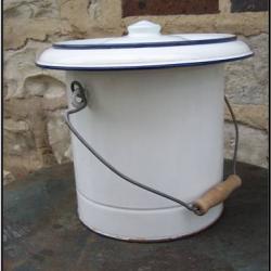 Seau de toilette émaillé